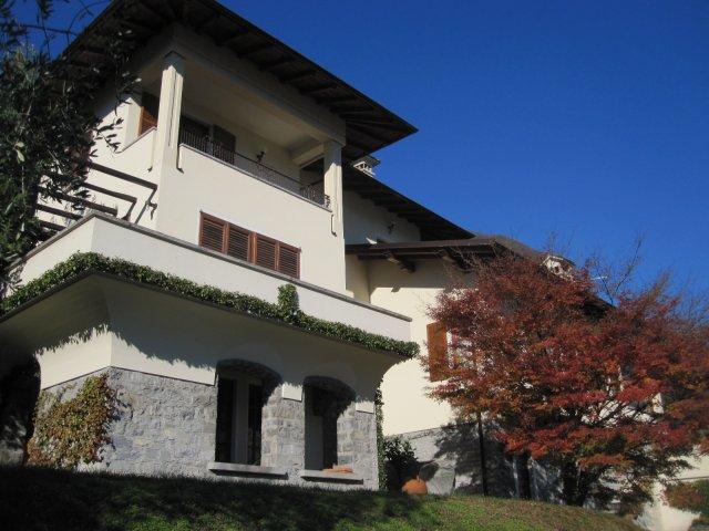 Villa singola vista lago studio immobiliare for Studio i m immobiliare milano